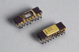 Hai chip vi xử lý Intel 8080 những năm 1970.