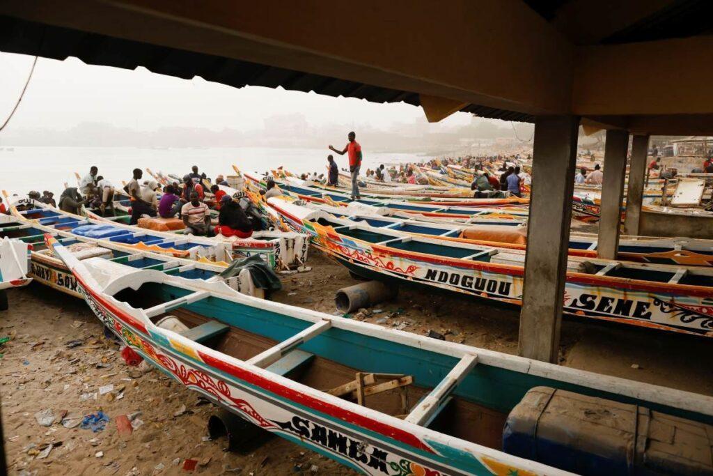 Hình ảnh người dân ở cảng cá Soumbedioune khi gió bụi từ sa mạc Sahara phủ lên Dakar, Senegal ngày 18 tháng 2 năm 2021.