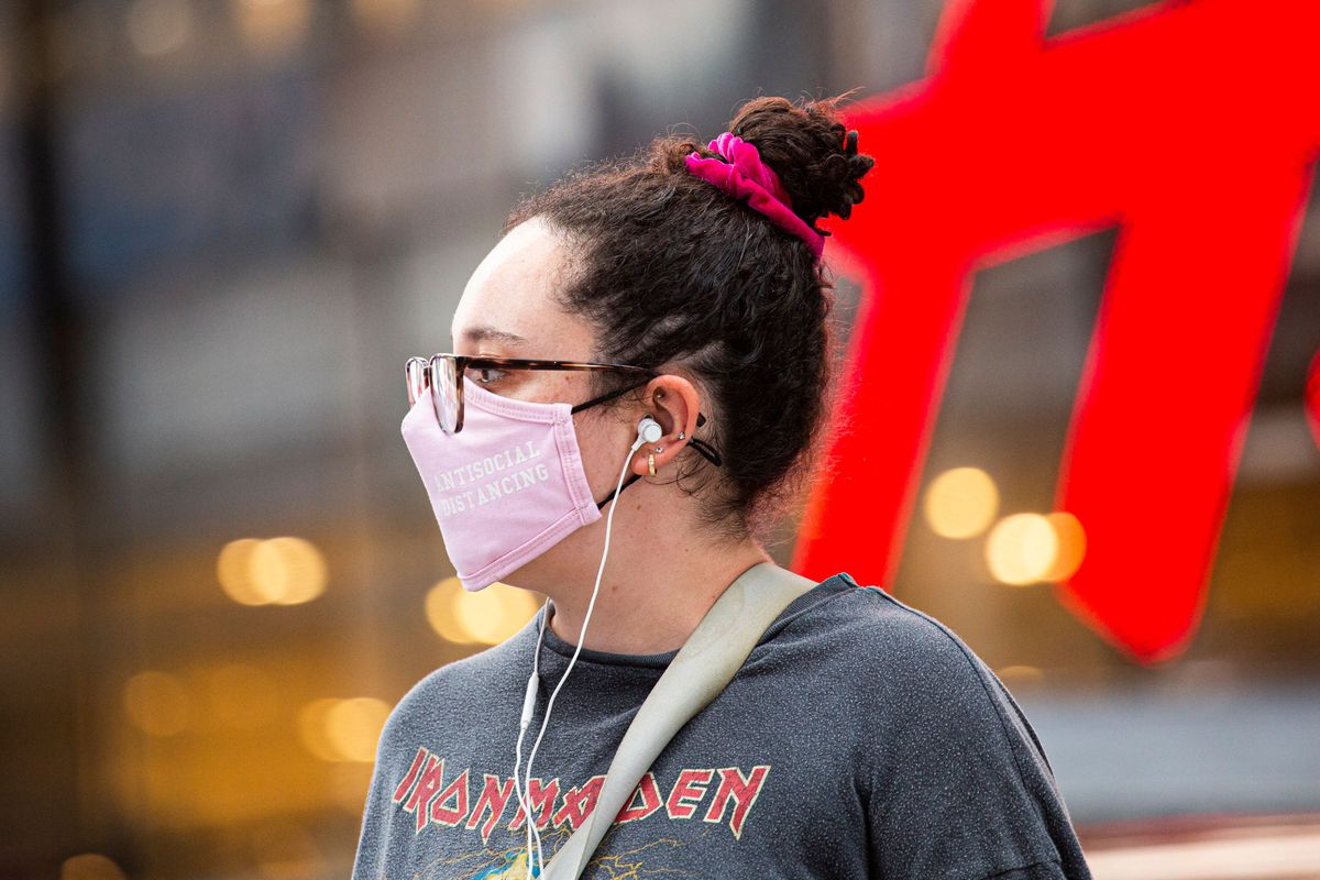 Một người phụ nữ đeo khẩu trang ở Midtown Manhattan, thành phố New York vào ngày 29/7/2021.