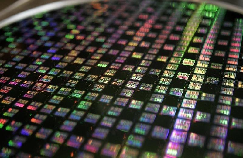 Một tấm wafer 12 inch được trưng bày tại Công ty Sản xuất Chất bán dẫn Đài Loan (TSMC) ở Xinchu ngày 9 tháng 1 năm 2007. TSMC, nhà sản xuất chip theo hợp đồng hàng đầu thế giới, đã công bố doanh số bán hàng tháng 12 giảm 18,4% vào ngày 10 tháng 1, do lượng hàng dự trữ không mong muốn của khách hàng, nhưng sự phục hồi vẫn xuất hiện khi một loại thiết bị điện tử mới xuất hiện trên các kệ hàng.  Hình chụp ngày 9 tháng 1 năm 2007. REUTERS / Richard Chung (TAIWAN) - RTR1L1ID
