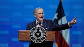 Thống đốc Abbott của Texas đã được tiêm phòng đầy đủ xét nghiệm dương tính với Covid-19, sẽ cách ly & điều trị bằng kháng thể