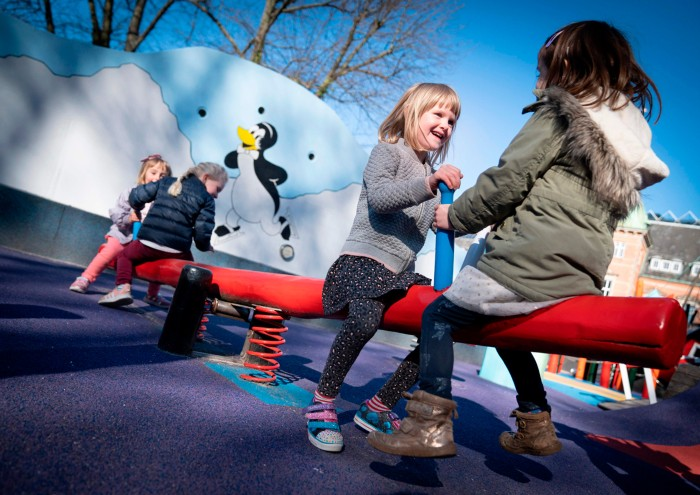 Trẻ em chơi trên thiết bị sân chơi trong một ngày nắng ở Copenhagen